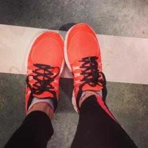 välj gärna skor som INTE är uppbyggda - det ger mer styrketräning för de små musklerna i fötterna och benen.