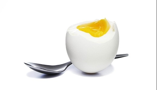 Ett kokt ägg innehåller bra med protein och fetter som mättar. Dessutom innehåller ägg i princip alla näringsämnen vi har behov av!