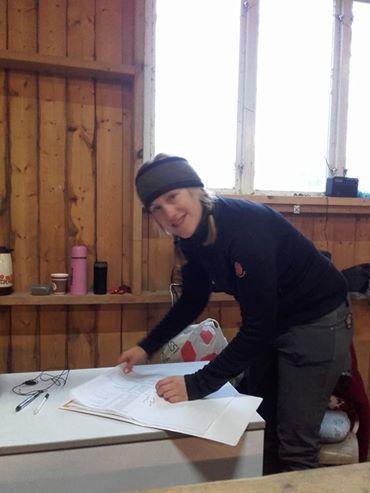 Åsa Strandberg fångade mig på bild mitt i förberedelserna. Enkelt men funktionellt sekretariat!